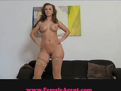 Curvy hottie spreads legs and gets her cunt licked by agent